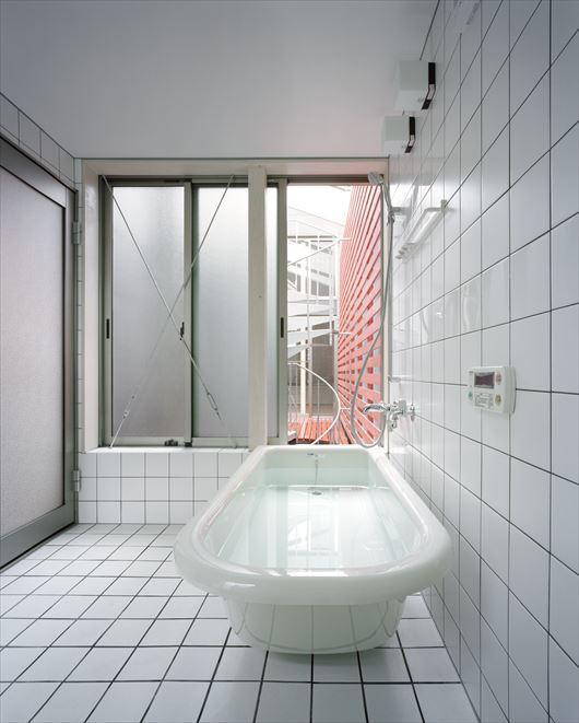2003 YISの部屋 据置型バスタブのあるタイル張りのバスルーム