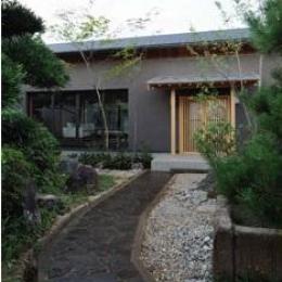 桃李の家 (石畳のアプローチ)