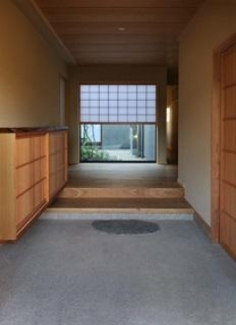 桃李の家 (土間のある玄関)