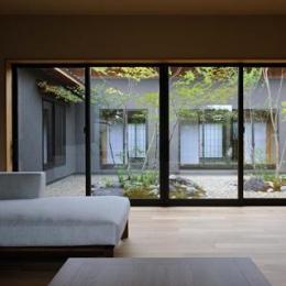 庭と一体感のあるリビング (桃李の家)