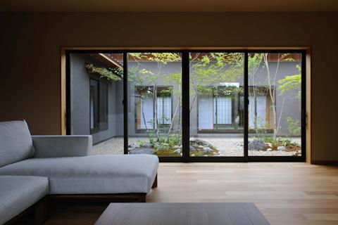 桃李の家の写真 庭と一体感のあるリビング