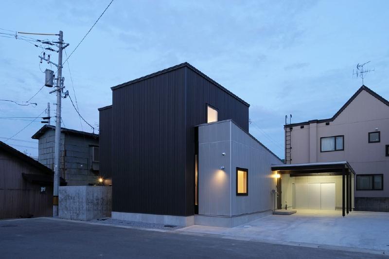 新田の家 (外観 夕景)