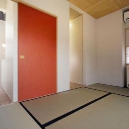新田の家 (赤い襖がアクセントの和室)