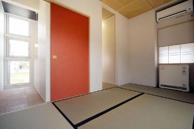 赤い襖がアクセントの和室 (新田の家)