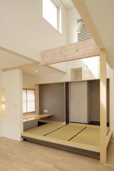 吹き抜けの畳スペース (新田の家)