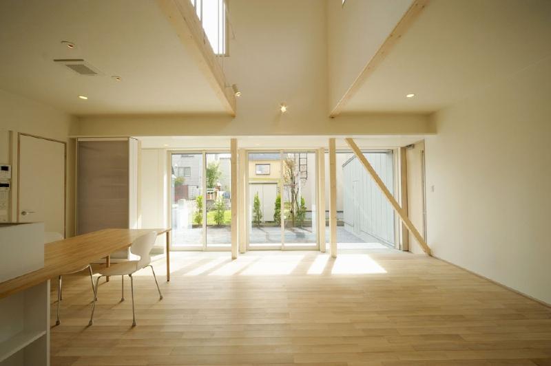 土間と吹き抜けで開放的なLDK (新田の家)