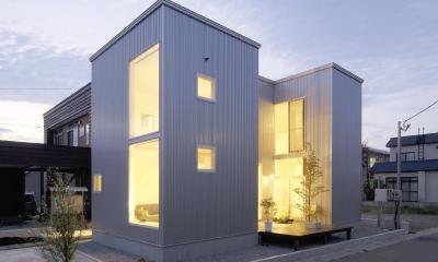 明かりの灯ったコの字型住宅|桂木の家