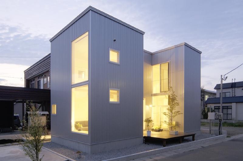 桂木の家 (明かりの灯ったコの字型住宅)
