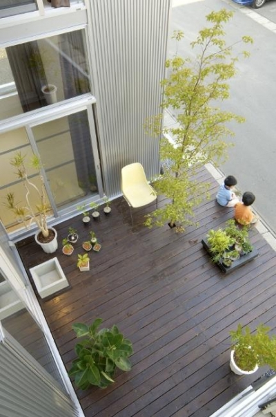 2階から見下ろしたウッドデッキ (桂木の家)