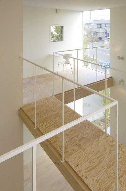 桂木の家 (吹き抜けに設けた開放的な渡り廊下)