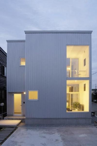 桂木の家 (明かりの灯った建物外観)