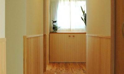 無垢材の息吹を感じ、静かな時を刻む家 (廊下)