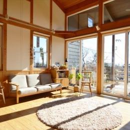 曲沢の家 (明るい日が射し込むリビング)