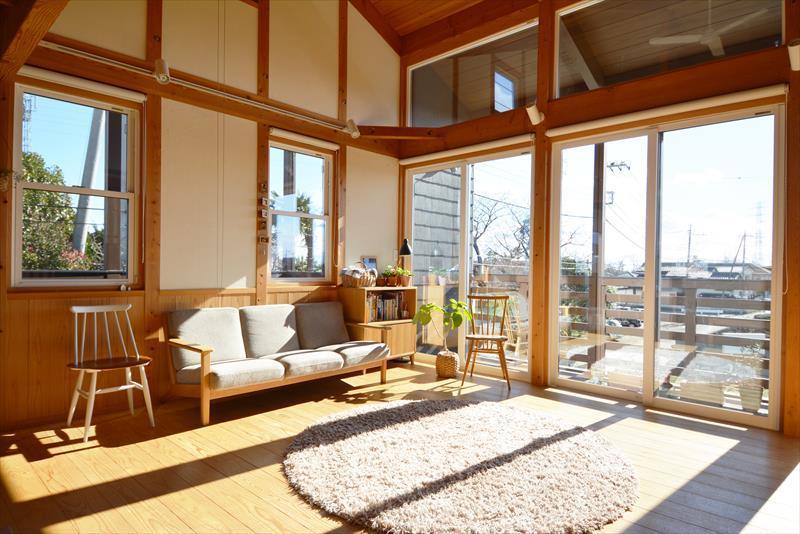 曲沢の家の部屋 明るい日が射し込むリビング