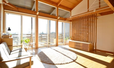 曲沢の家 (明るい日が差し込むリビング)