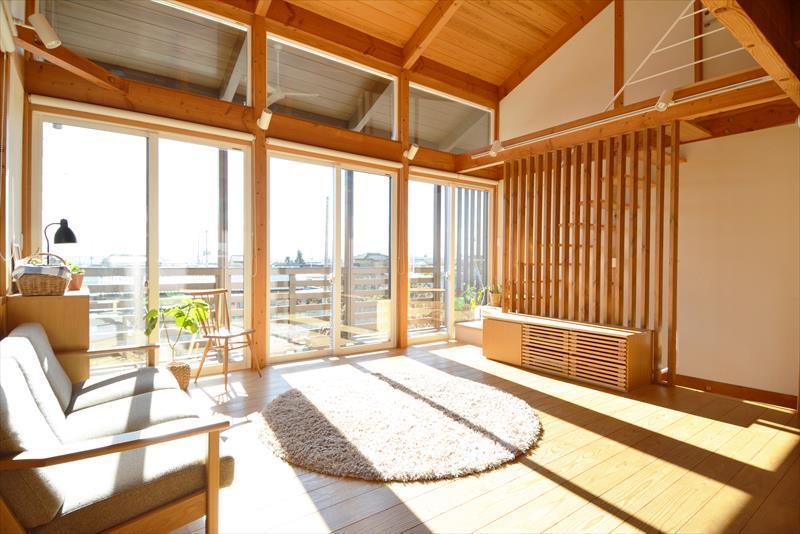 曲沢の家の部屋 明るい日が差し込むリビング