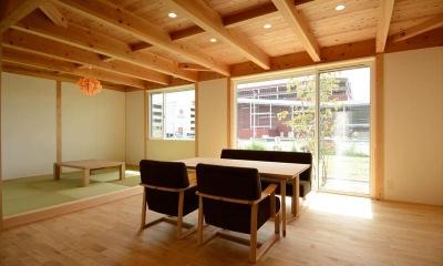 自然素材に包まれた心地よいダイニング|西小保方の家