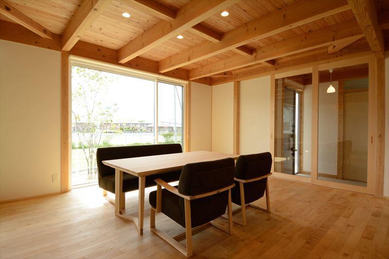 西小保方の家の部屋 自然素材に包まれた心地よいダイニング
