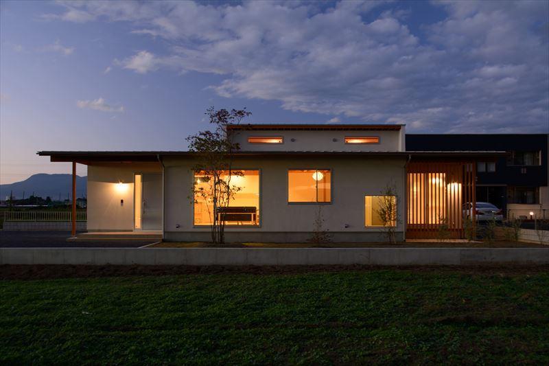 西小保方の家の写真 平屋建ての外観 (夕景)