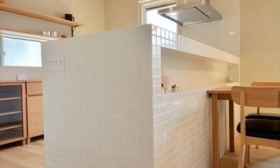 新井町の家 (白いタイル張りのキッチンカウンター)