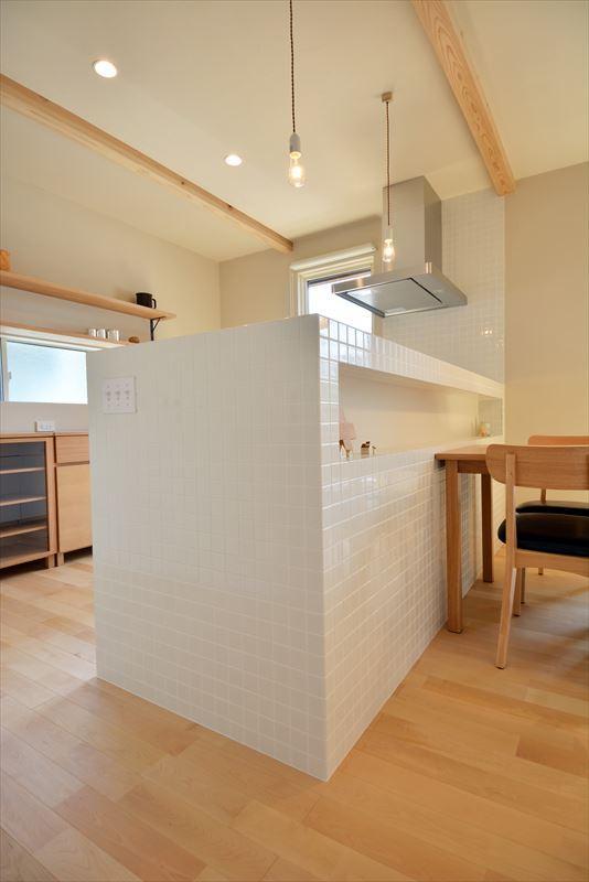新井町の家の部屋 白いタイル張りのキッチンカウンター
