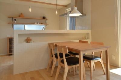 白いタイル張りのキッチンカウンター・ダイニング (新井町の家)