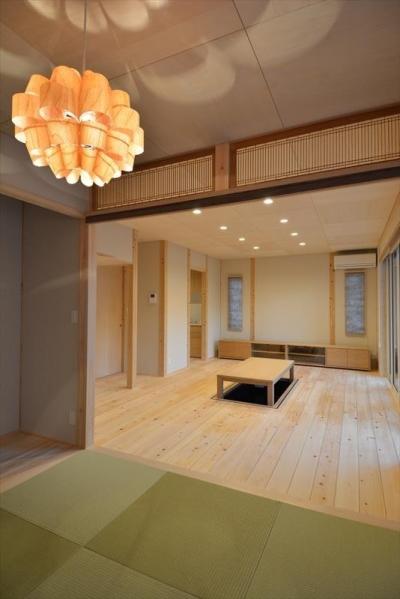 琉球畳を敷いた和室と掘り炬燵のある部屋 (新井町の家)