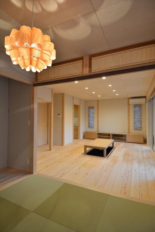 新井町の家の部屋 琉球畳を敷いた和室と掘り炬燵のある部屋