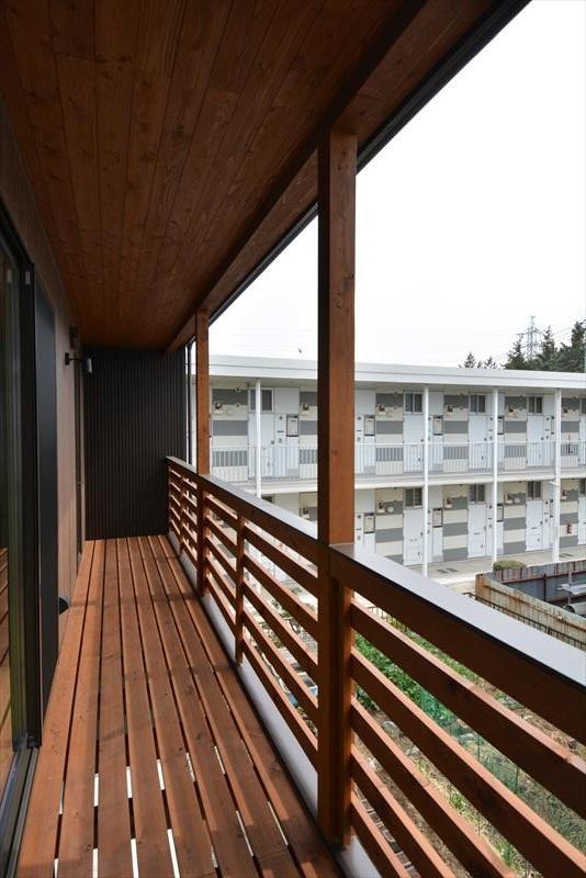新井町の家の部屋 木製ベランダ