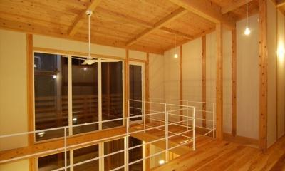 女渕の家 (ベランダへ繋がる渡り廊下のある吹き抜け)