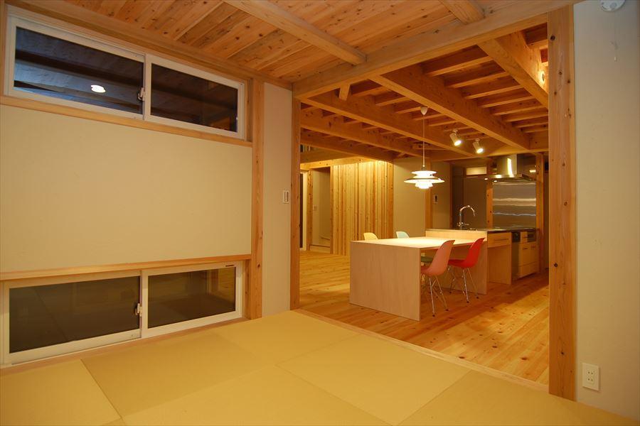 女渕の家の部屋 畳スペースからLDKを望む