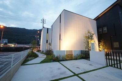 白いキューブ型の外観 (Mハウス 施工例1)