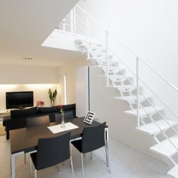 白いオープン型階段