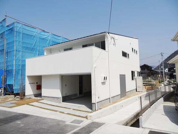 Mハウス 施工例2 (インナーガレージのある白い外観)