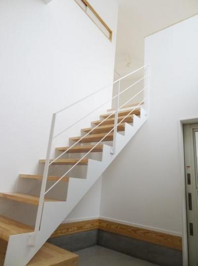 玄関にある階段 (Mハウス 施工例2)