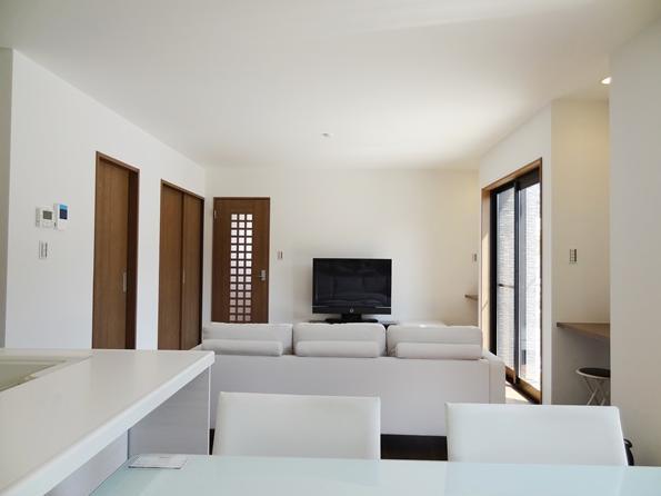 Mハウス 施工例3の部屋 ダイニングキッチンからリビングを見る
