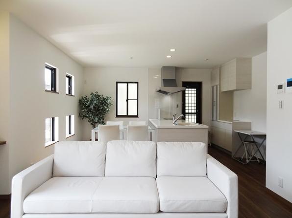 Mハウス 施工例3の部屋 リビングからダイニングキッチンを見る