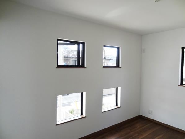 Mハウス 施工例3の部屋 光が差し込む小窓
