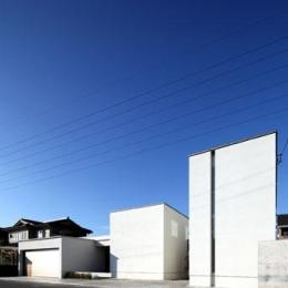 月栖の家(つきすみのいえ)~プライバシーと街並みの両立~ (白いキューブ型の建物外観)