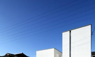 白いキューブ型の建物外観|月栖の家(つきすみのいえ)~プライバシーと街並みの両立~