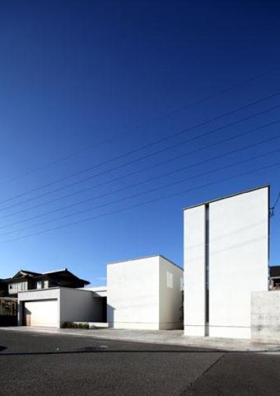 白いキューブ型の建物外観 (月栖の家(つきすみのいえ)~プライバシーと街並みの両立~)