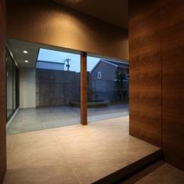 月栖の家(つきすみのいえ)~プライバシーと街並みの両立~ (大理石の床タイルを使用した玄関ホール)
