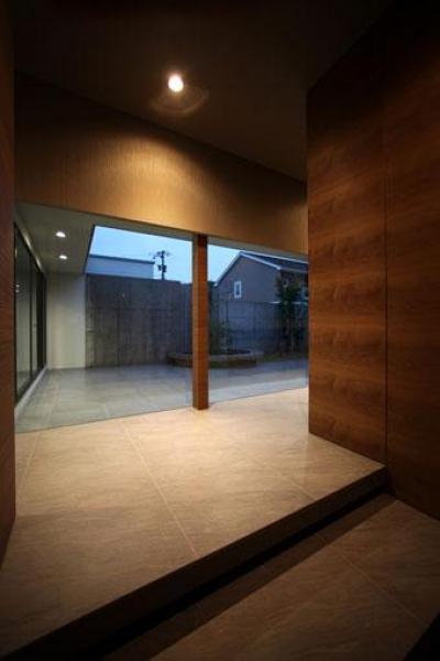 大理石の床タイルを使用した玄関ホール (月栖の家(つきすみのいえ)~プライバシーと街並みの両立~)