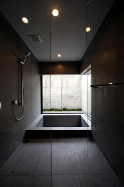 バスルーム (月栖の家(つきすみのいえ)~プライバシーと街並みの両立~)