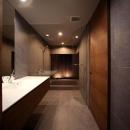 月栖の家(つきすみのいえ)~プライバシーと街並みの両立~の写真 洗面・バスルーム