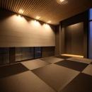 月栖の家(つきすみのいえ)~プライバシーと街並みの両立~の写真 黒い琉球畳を敷いた和モダン空間