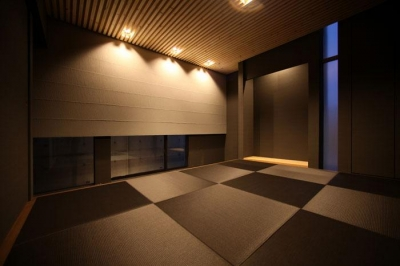 黒い琉球畳を敷いた和モダン空間 (月栖の家(つきすみのいえ)~プライバシーと街並みの両立~)