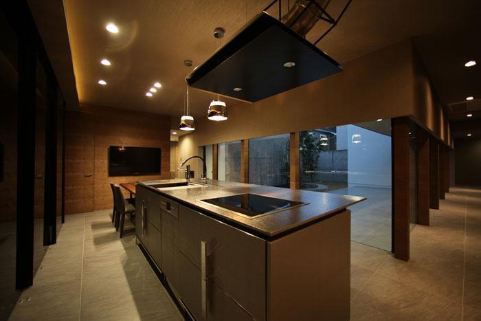 月栖の家の部屋 アイランドキッチンと横に繋がるダイニング