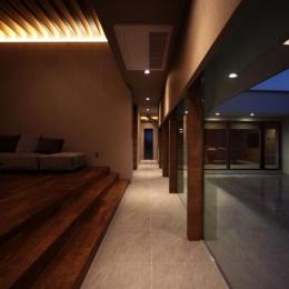 月栖の家(つきすみのいえ) (明かりの灯ったリビング・廊下)
