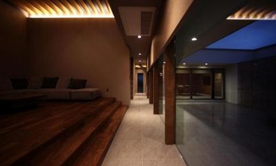 明かりの灯ったリビング・廊下 月栖の家(つきすみのいえ)~プライバシーと街並みの両立~